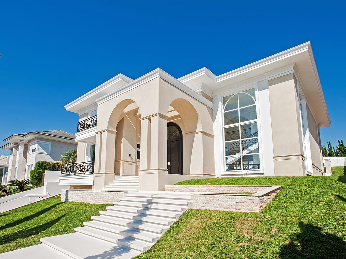 Residência de 822 m² em Santa Felicidade surpreende pelos detalhes