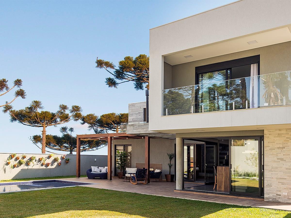 Concreto e madeira ditam tom em projeto de 395 m²