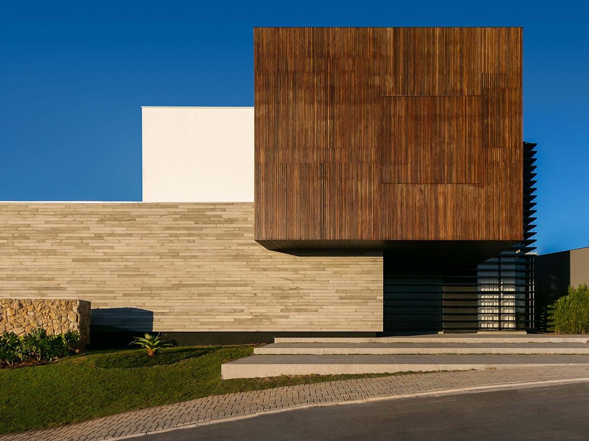 Composição de acabamentos e texturas são destaque em residência de 807 m²